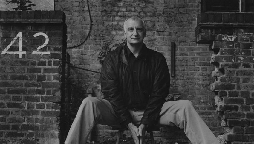 Dia da Toalha: 25 de maio e o legado de Douglas Adams